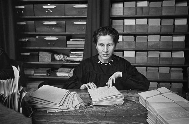 Lectrice aveugle à la bibliothèque braille de l'Association Valentin Haüj, rue Duroc, Paris, Freund Gisèle, (C) RMN gestion droit d'auteur/Fonds MCC/IMEC